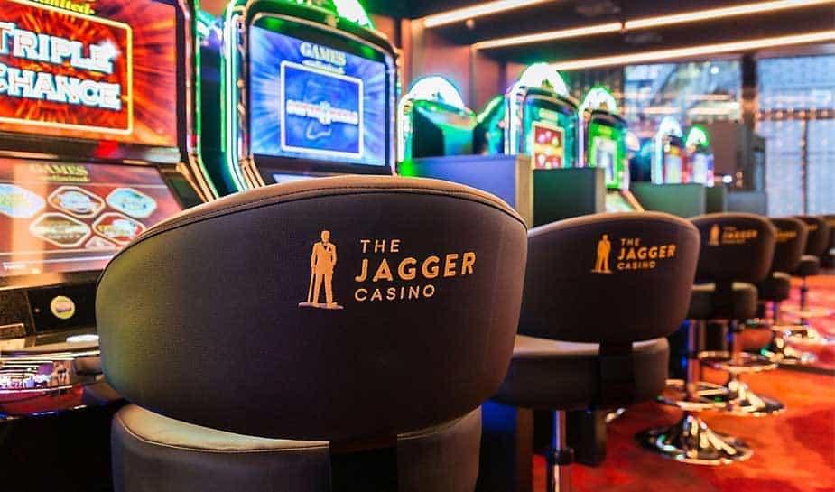 Maandagochtend is er ingebroken in casino The Jagger, aan de Tramweg in Winschoten. Bij deze inbraak is er muntgeld buitgemaakt. Het is niet bekend hoeveel er precies gestolen is. De directie van het casino heeft aangegeven dat het casino weer gewoon geopend is. Wel moeten er nog een aantal speelautomaten gerepareerd worden.