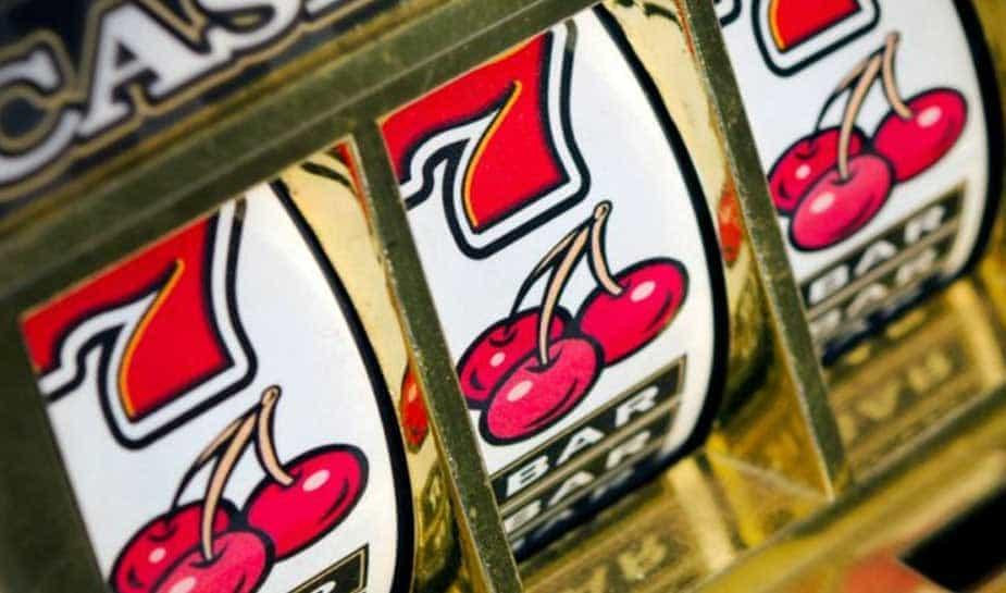 Veel mensen vinden het leuk om, in ieder geval af en toe, een gokje te wagen in het casino. Bij millennials (geboren tussen 1990 en 2000) is dit niet anders. Zij gokken echter anders dan de oudere generaties: niet in het offline casino, maar gewoon online.