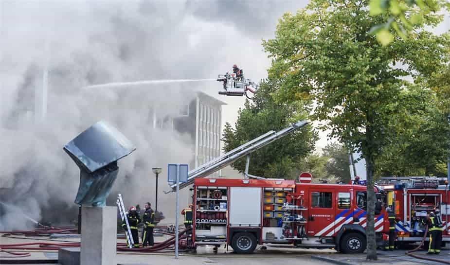 Sinds zaterdag kunnen bussen voor het eerst weer langs het afgebrande Holland Casino Groningen rijden. Er is één rijbaan beschikbaar.