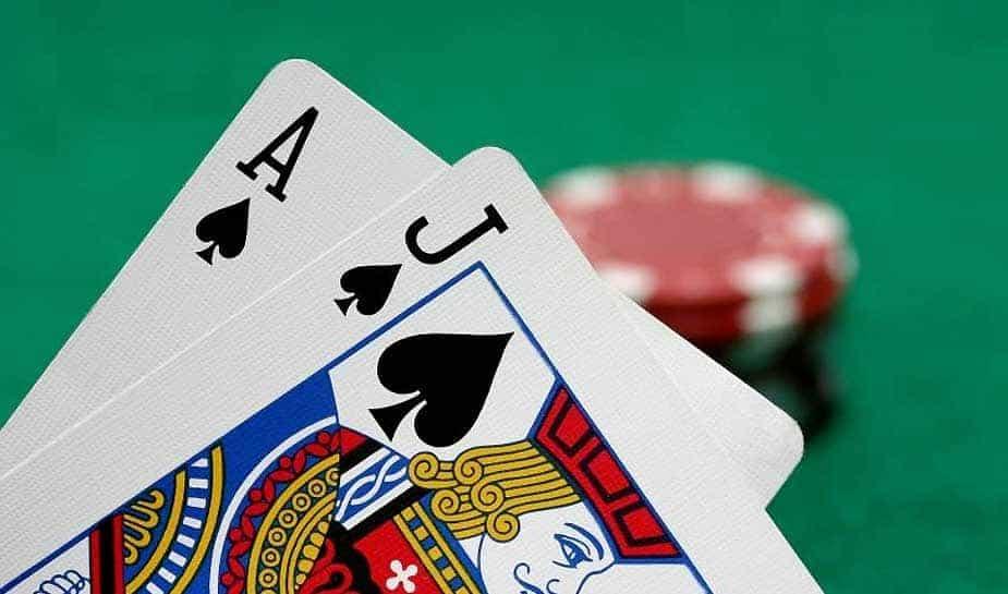 Altijd al willen weten welke kaarten - voor de flop - je het beste kan krijgen in Poker Texas Hold'em? Dat twee azen de beste combinatie is weet iedereen, maar wat zijn goede starthanden die daarna komen? Wij van Online Casino Ground zetten de 10 beste handen alvast voor je op een rij. Je leest het hier!