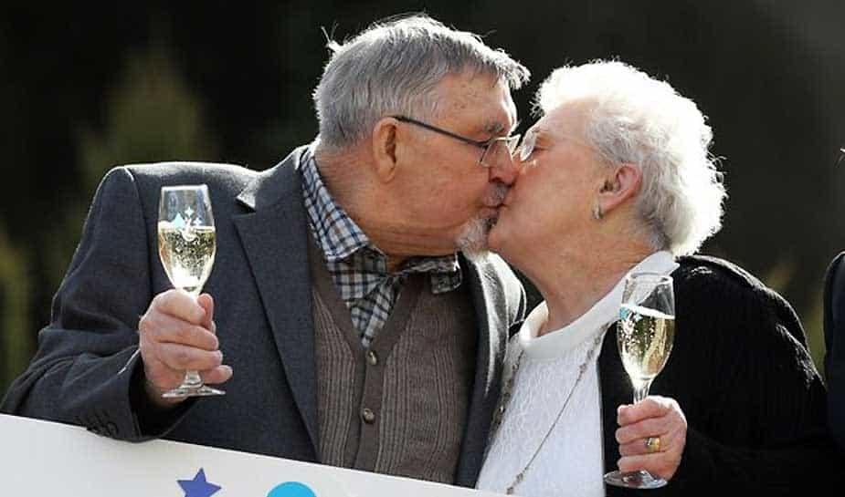 Op 83 en 87 jarige leeftijd nog even 18 miljoen pond in je schoot geworpen krijgen. Het overkwam een stel uit Engeland. Dennis Banfield en zijn vrouw Shirley, zichtbaar emotioneel, willen het geld niet voor zichzelf houden. In ons artikel van vandaag lees je alles over dit opmerkelijke nieuws.