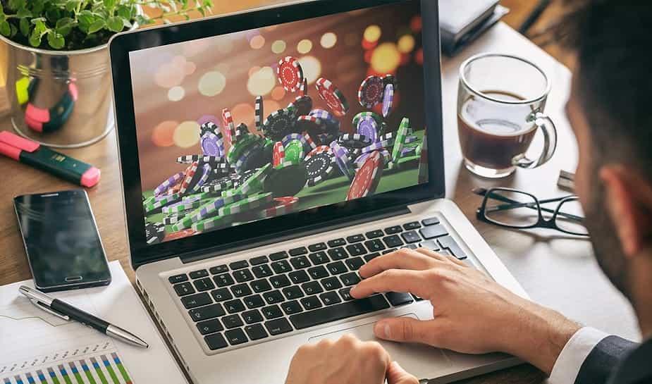 In tegenstelling tot Nederland, is online gokken in België al geruime tijd gelegaliseerd. Maar dit gaat veranderen: binnenkort wordt er een nieuwe kansspeelwet geïntroduceert. Wat we nu weten, is dat deze wet voor het online gokken strenger wordt. Meer over deze nieuwe wet lees je in ons laatste artikel...
