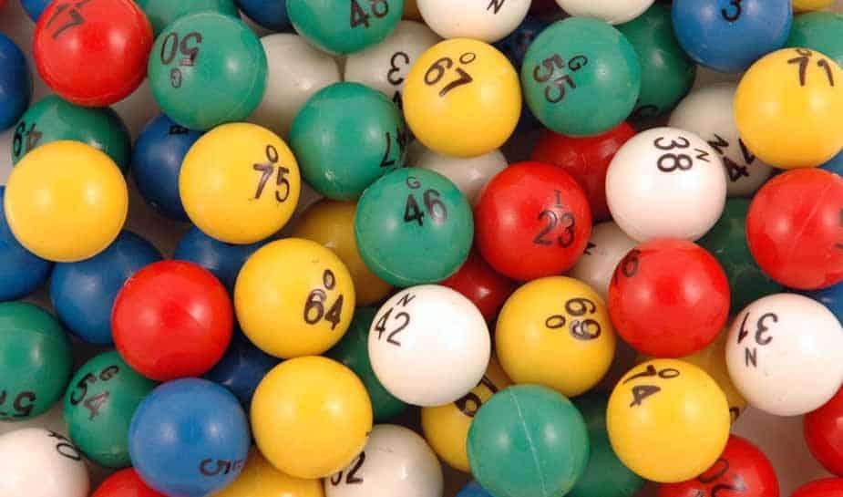 Bingo, wie kent het spel niet? Het spel wordt al sinds de 16e eeuw overal gespeeld. Maar wist je al hoe je de meeste kans maakt om te winnen met online bingo? En wat voor bedrag je daarmee kan winnen? Daarnaast vertellen we ook wat over de geschiedenis van bingo, zo maak je indruk op al je medespelers!