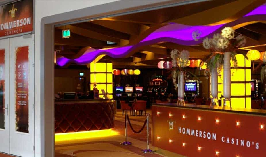 Door een verlopen exploitatievergunning moest Hommercon Casino Vlaardingen zijn deuren sluiten. Nu, enkele maanden later, heeft het casino zijn papieren weer op orde. Vanaf heden kan er dan ook gewoon weer op de spelautomaten gespeeld worden. In ons laatste bericht op Online Casino Ground leest u meer over de opening!