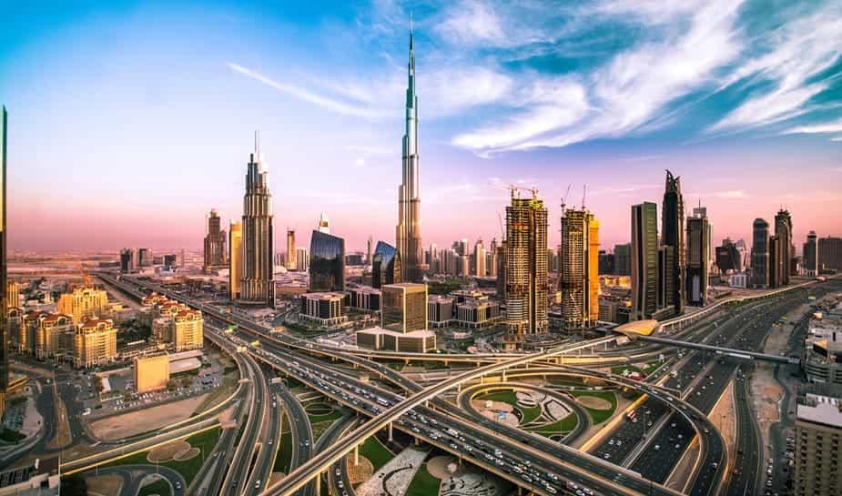 Dubai is een vooruitstrevende stad. Je vindt er de meest moderne gebouwen, de meest luxe hotels en de mooiste restaurants, maar casino's kom je er vandaag de dag nog niet tegen. Het is de vraag of hier ooit verandering in gaat komen.Dubai is een vooruitstrevende stad. Je vindt er de meest moderne gebouwen, de meest luxe hotels en de mooiste restaurants, maar casino's kom je er vandaag de dag nog niet tegen. Het is de vraag of hier ooit verandering in gaat komen.