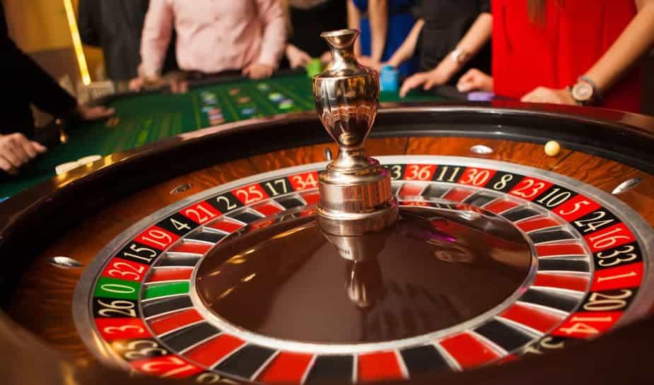 Ga je binnenkort je eerste gokje wagen aan de Roulette tafel? De regels ken je al, maar hoe kan je de kans om te winnen nu vergroten? Wij van Online Casino Ground helpen je een handje!