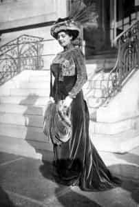 Mata Hari poseert