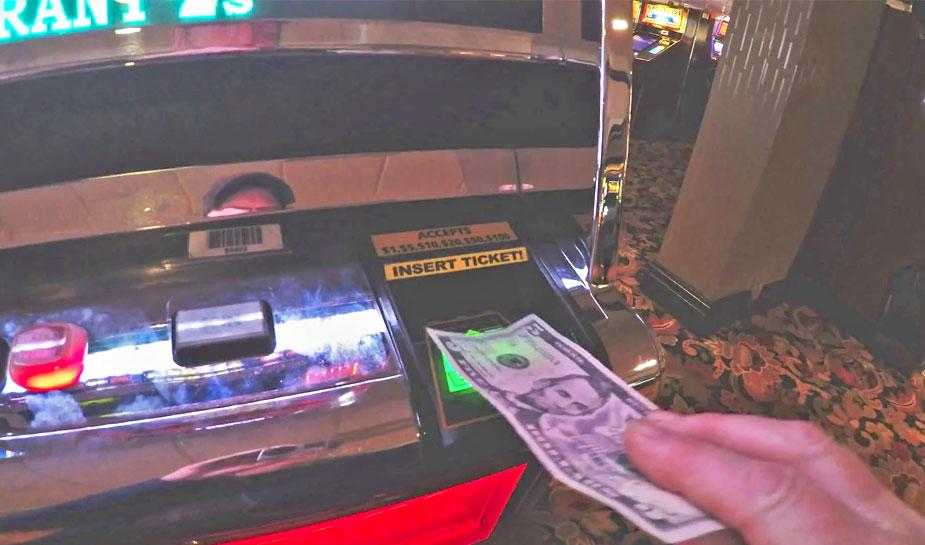 dollarbiljet in fruitautomaat stoppen