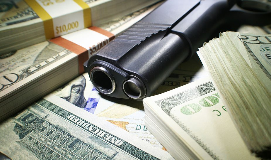 dollarbiljetten en een pistool
