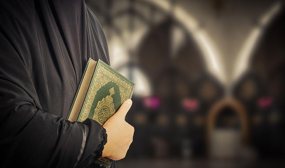 moslim met koran in hand