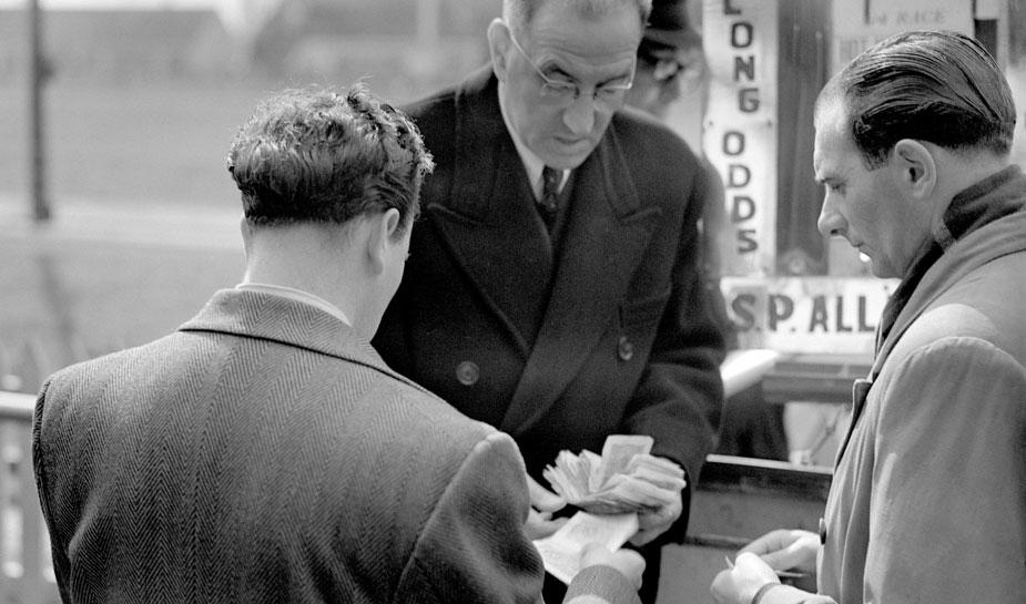 ouderwets gekleden mannen met contant geld