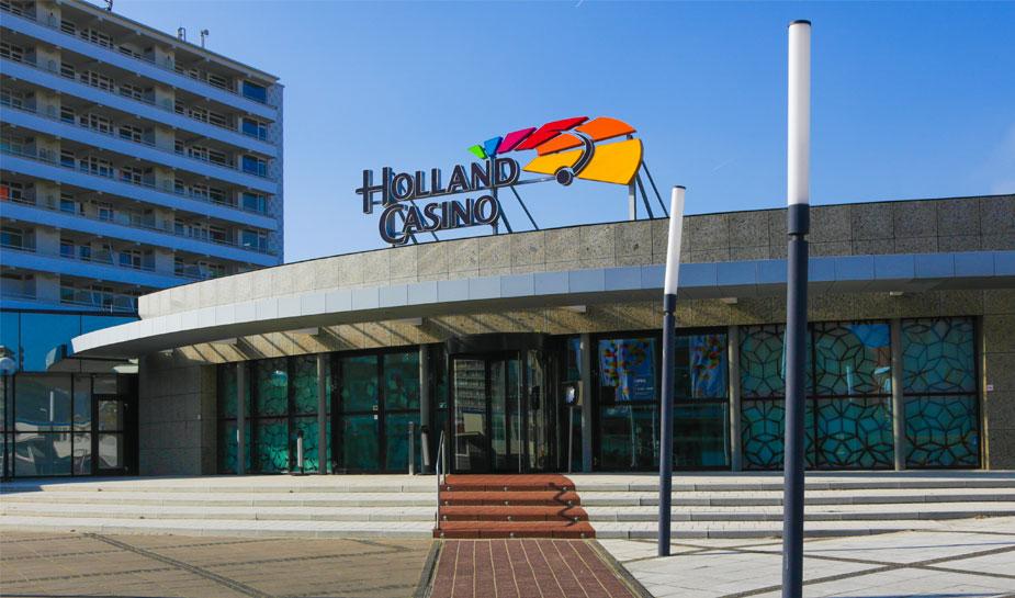 voorkant van holland casino-vestiging Zandvoort op een zonnige dag