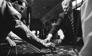 twee mannen plaatsen inzet op roulettetafel van eerste casino van nederland in zandvoort