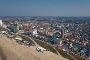 Het strand van zandvoort gezien vanuit de lucht