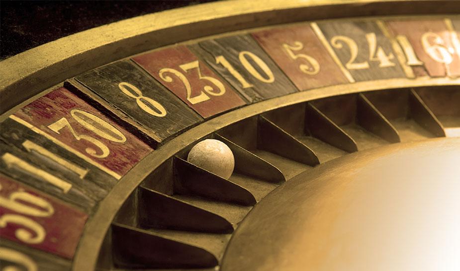 oud en versleten roulettewiel om op te gokken in het casino