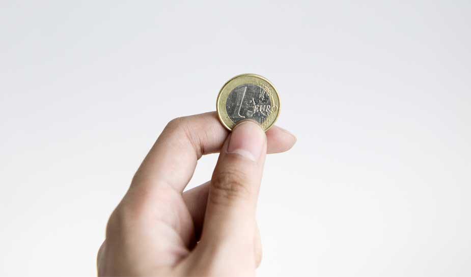 hand met een één-euromunt