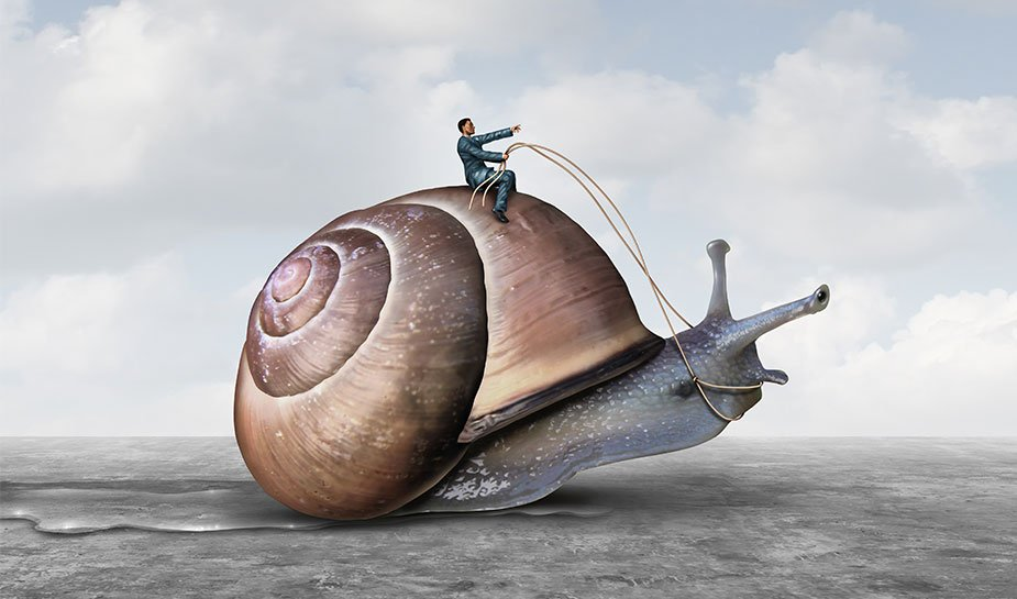 man in pak op een grote slak op het strand