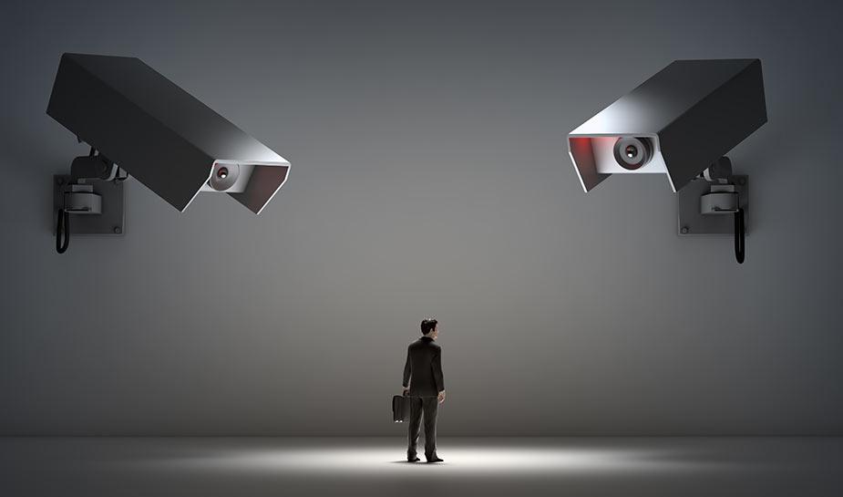 twee beveiligingscamera's houden een persoon in de gaten