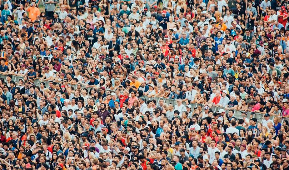 grote groep van honderden mensen dicht bij elkaar